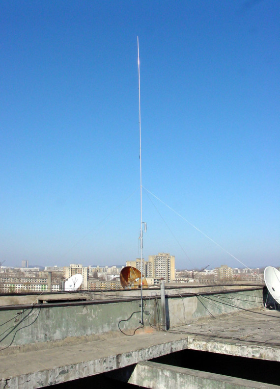 The antenna of Edisher Giorgadze (4L4FN) at his amateur radio station in Pyongyang.