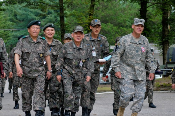Admiral Choi Yoon Hee (center), Chairman of Joint Chiefs of Staff for the Republic of Korea, Lt. Gen. Stephen Lanza (right), I Corps Commanding General, and Gen. Kim Hyun Jip (left), Third ROK Army Commander, walk side-by-side on their way to the 1st Canadian Division joint operation center in preparation for Ulchi Freedom Guardian exercise at Camp Yongin, South Korea, Aug. 20. (DOD Photo / Daniel Schroeder)